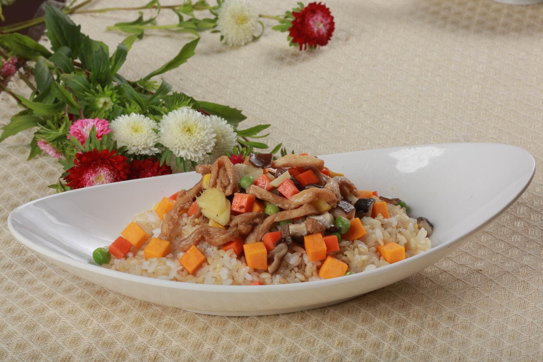 杂菜粒炒鸡肉南瓜糙米饭
